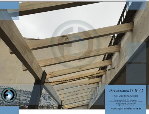 Devoto, CABA, Buenos Aires. Armado de aleros con estructura de madera y tejas francesas.